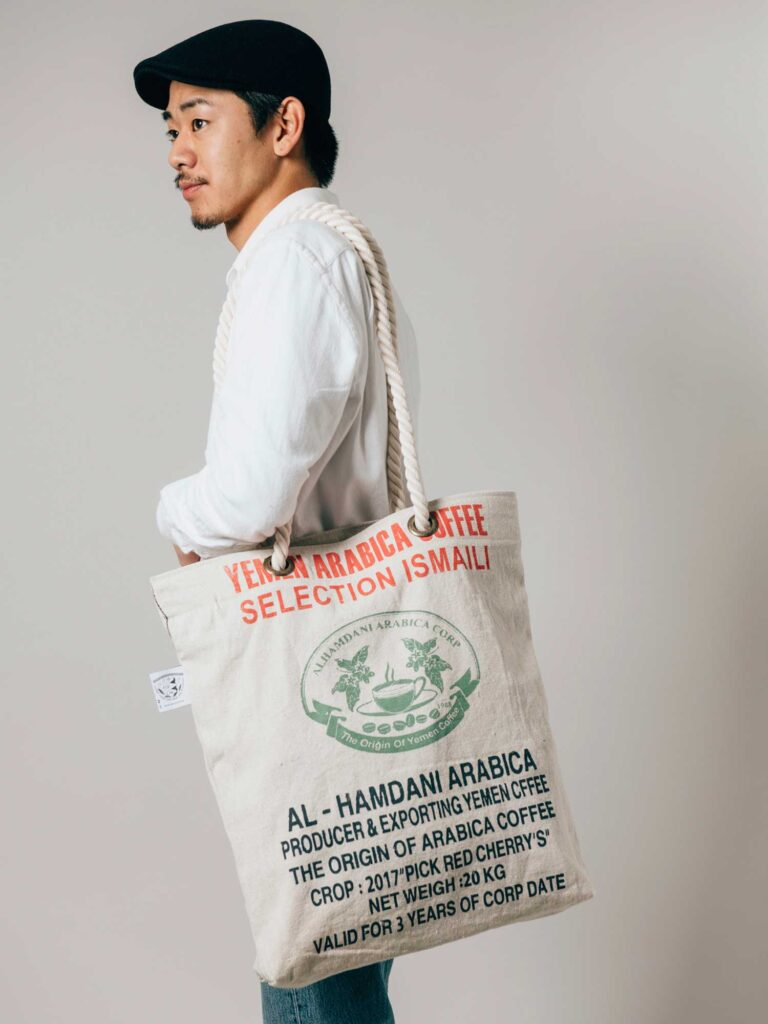 INDONESIAの綿素材の珈琲豆袋で作った「ユリ」のバッグ。他にもエプロンなどのリメイク製品も展開